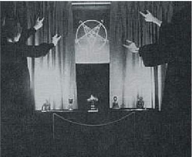 Fotografia zo satanistického rituálu, gesto je dobre viditeľné.