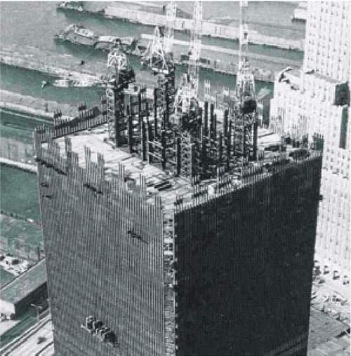 Fotografia zo stavby WTC. Jadrá veží obsahovali 47 masívnych oceľových stĺpov. Správa 9/11 Komisie tvrdí, že jadro veží bola len prázda oceľová šachta