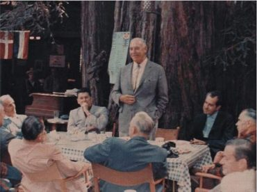 Na fotografii z roku 1947 jsou bývalí prezidenti Reagan a Nixon