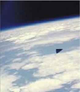 Neznámý trojúhelnikový objekt na oběžné dráze
