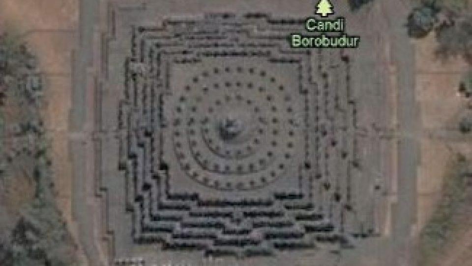 130. Svět plný pyramid