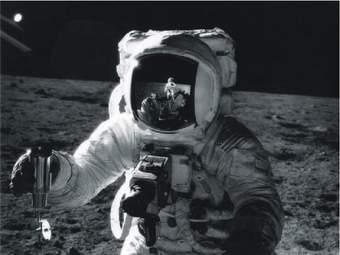 Mise Apollo 12. Snímek astronauta těsně před tím než došlo k dalšímu snímku téhož astronauta Pete CONRADA s odrazem podezřelého vznášejícího se objektu na jeho přilbě. Viz. foto níže