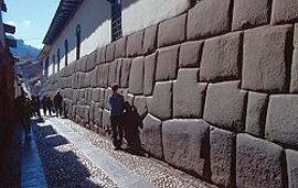Kameny jsou sestaveny s takovou přesností, že je nemožné vsunout mezi ně nejtenčí ostří nože či nejmenší jehlu