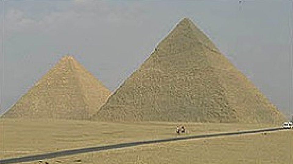 126. Kdo byli dávní stavitelé velkých pyramid?